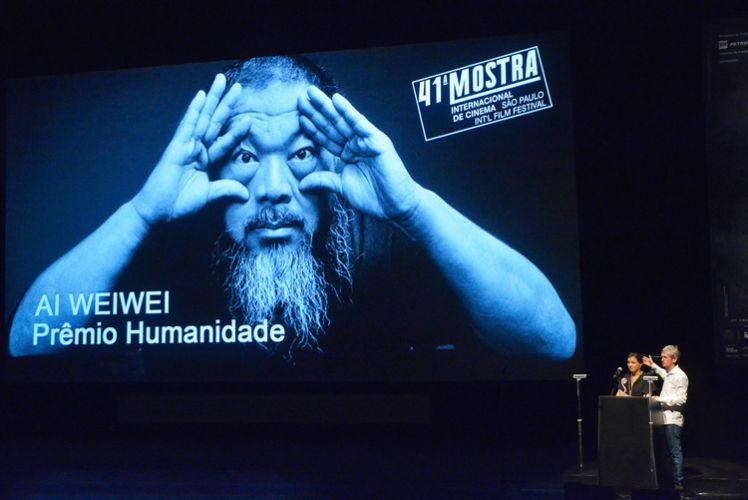 A diretora da Mostra, Renata de Almeida, confere o Prêmio Humanidade ao artista plástico e cineasta Ai Weiwei