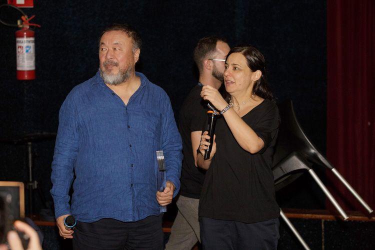 Cinearte 1 / Debate após a sessão do filme Human Flow, de Ai Weiwei. Renata de Almeida entrega ao diretor o Pêmio Humanidade