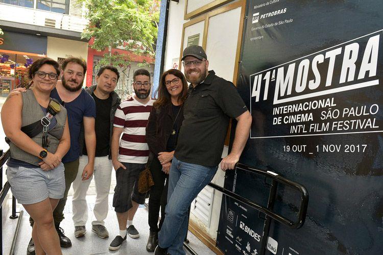 À direita, o diretor de Step to the Line, Ricardo Laganaro, e a equipe do filme