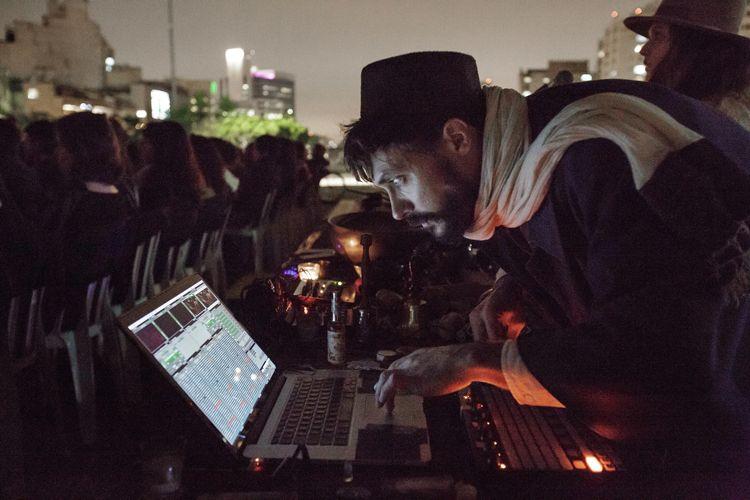 Vão Livre do Masp / Vincent Moon, diretor, operando os efeitos sonoros durante a exibição de seu filme Híbridos, os Espíritos do Brasil