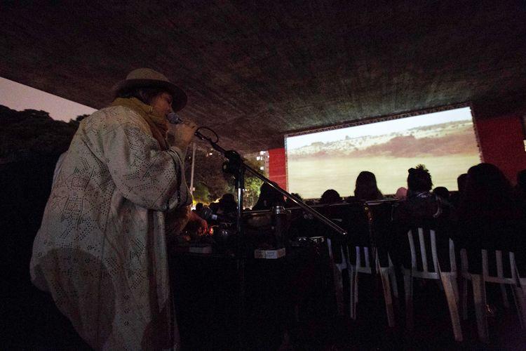 Vão Livre do Masp / Priscilla Telmon, diretora, canta durante a exibição de seu filme Híbridos, os Espíritos do Brasil
