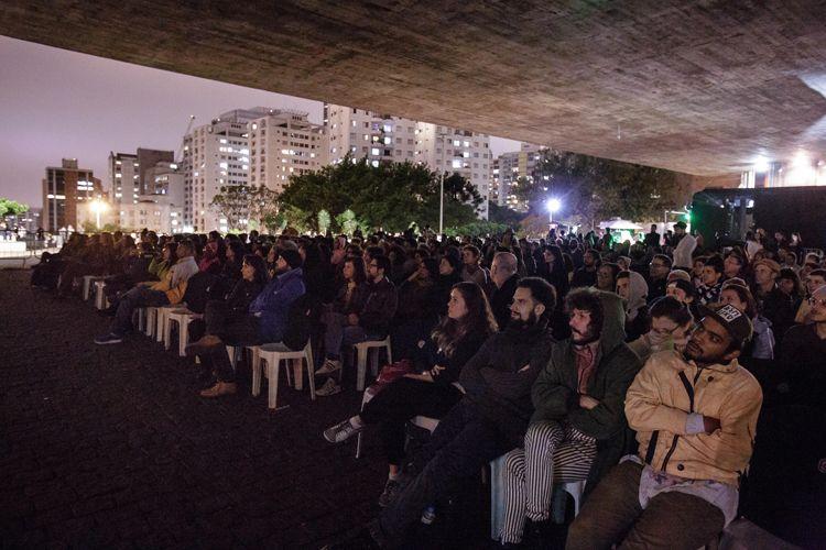 Vão Livre do Masp / Público presente na sessão do filme Híbridos, os Espíritos do Brasil, de Priscilla Telmon  e Vincent Moon