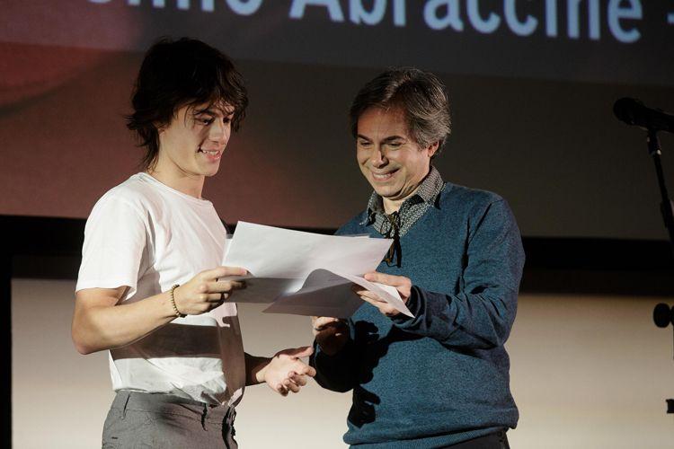 Cinearte 1 / O jornalista Orlando Margarido apresenta o Prêmio da Abraccine de Melhor Filme Brasileiro de Diretor Estreante para o filme Yonlu, de Hique Montanari. O ator Thalles Cabral recebe o prêmio