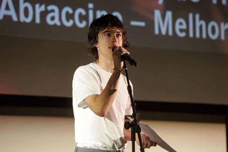 Cinearte 1 / Prêmio da Abraccine de Melhor Filme Brasileiro de Diretor Estreante para o filme Yonlu, de Hique Montanari. O ator Thalles Cabral recebe o prêmio