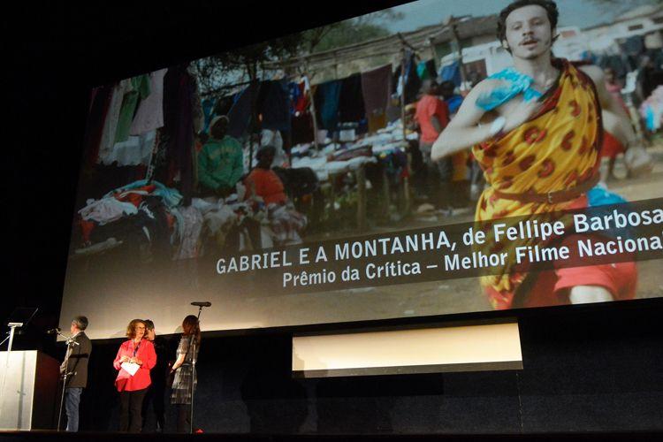 Cinearte 1 / A jornalista Flávia Guerra anuncia o Prêmio da Crítica de Melhor Filme Brasileiro para Gabriel e a Montanha, de Fellipe Barbosa (Brasil, França)