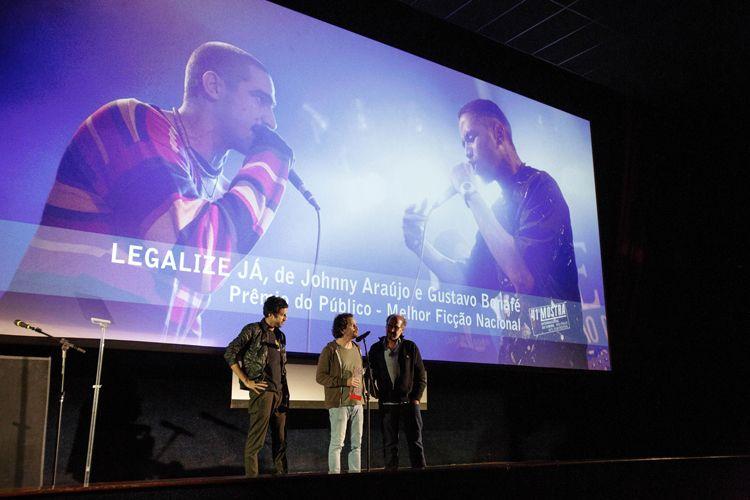Cinearte 1 / Os diretores Johnny Araújo e Gustavo Bonafé, ao lado do produtor Paulo Roberto Schmidt, recebem o Prêmio do Público para Melhor Ficção Brasileira, por seu filme Legalize Já (Brasil)