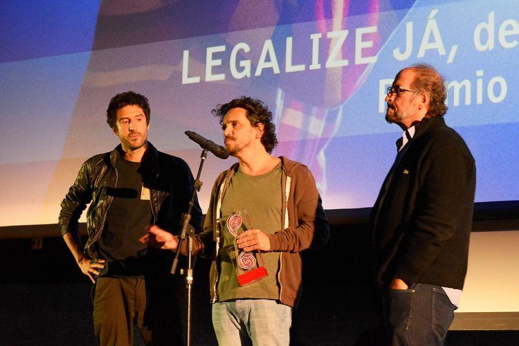 Cinearte 1 / Os diretores Johnny Araújo e Gustavo Bonafé, ao lado do produtor Paulo Roberto Schmidt, recebem o Prêmio do Público para Melhor Ficção Brasileira, por seu filme Legalize Já (Brasil). Johnny Araújo fala com o público