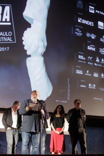 Cinearte 1 / O júri da 41ª Mostra, Diego Lerman (diretor e roteirista argentino), Eran Riklis (diretor e roteirista israelense), Henk Handloegten (diretor e roteirista alemão), Luís Urbano (produtor português), e Marina Person (atriz e diretora brasileira) anunciam o Prêmio do Júri para Melhor Filme na Competição Novos Diretores para o filme O Pacto de Adriana, de Lissette Orozco (Chile). Eran Riklis anuncia o prêmio