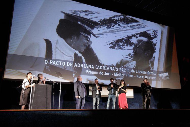 Cinearte 1 / O júri da 41ª Mostra, Diego Lerman (diretor e roteirista argentino), Eran Riklis (diretor e roteirista israelense), Henk Handloegten (diretor e roteirista alemão), Luís Urbano (produtor português), e Marina Person (atriz e diretora brasileira) anunciam o Prêmio do Júri para Melhor Filme na Competição Novos Diretores para o filme O Pacto de Adriana, de Lissette Orozco (Chile)