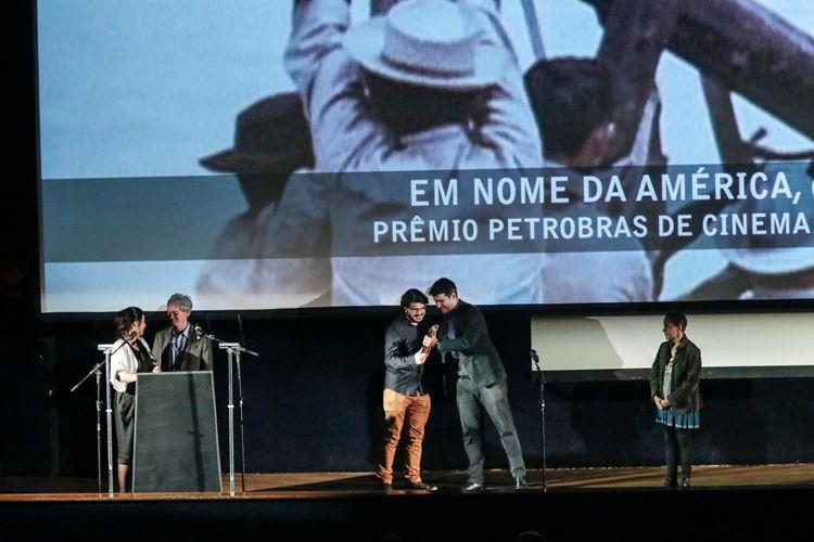 Cinearte 1 / O gerente de atendimento Regional São Paulo e Sul da Petrobras, Rodrigo Diullas, entrega ao diretor Fernando Weller o Prêmio Petrobras de Cinema para o Melhor Documentário Brasileiro por seu filme Em Nome da América