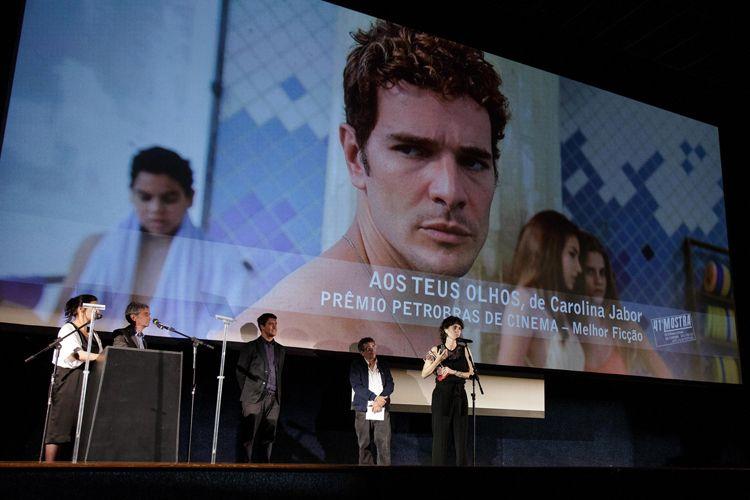Cinearte 1 / A diretora Carolina Jabor recebe o Prêmio Petrobras de Cinema para o Melhor Filme Brasileiro de Ficção por seu filme Aos Teus Olhos