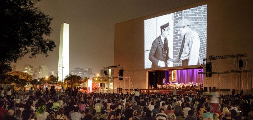"""Público aplaude de pé """"O Homem Mosca"""" e a Orquestra Jazz Sinfônica no Ibirapuera"""